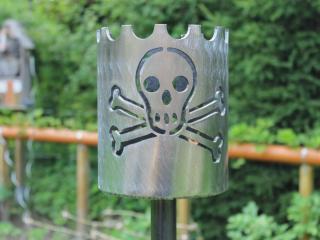 Bild Gartenfackel Jolly Roger Totenkopf